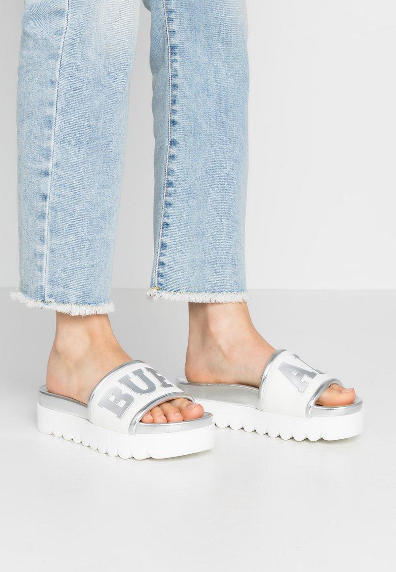 Buffalo - EDONA - Pantofle na podpatku - silver