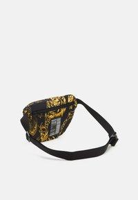 Versace Jeans Couture - RANGE LOGO TYPE UNISEX - Marsupio - nero/oro - 1