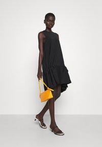 Victoria Victoria Beckham - FLOUNCE HEM SHIFT DRESS - Koktejlové šaty/ šaty na párty - black - 1