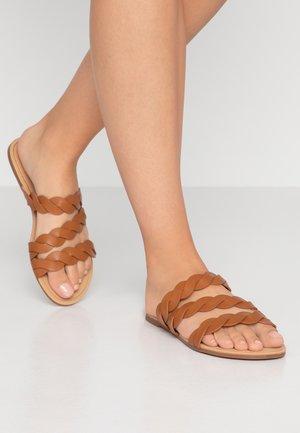 FLORA SNAKE SLIDE - Pantofle - tan