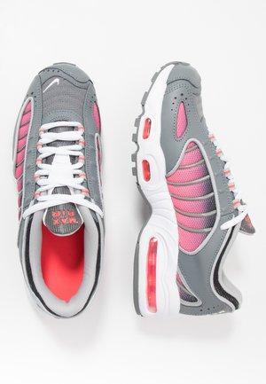 AIR MAX TAILWIND IV - Sneakersy niskie - smoke grey/white/laser crimson/black