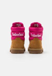 Timberland - PREMIUM - Šněrovací kotníkové boty - wheat/pink - 2