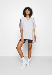 adidas Originals - SPORTS INSPIRED SHORT SLEEVE TEE - T-shirts med print - lgh solid grey - 1