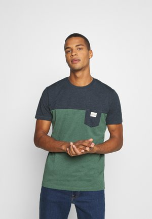 JORMELANGE - T-shirt med print - trekking green melange