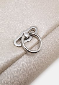 Dorothy Perkins - RING LOCK - Clutch - champagne - 4