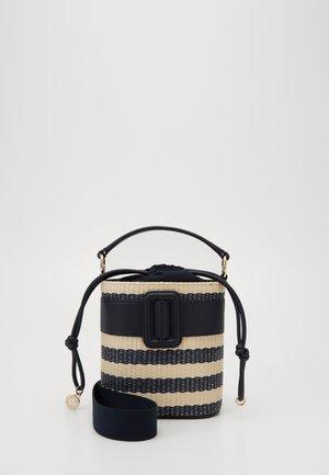 CHIC BUCKET RAFFIA - Handtasche - beige