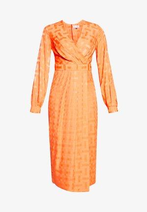 PLEATED WRAP DRESS - Kjole - orange