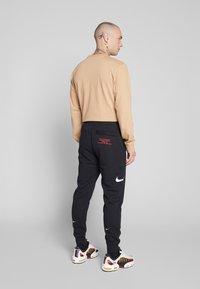 Nike Sportswear - M NSW PANT FT - Pantalon de survêtement - black/white - 2
