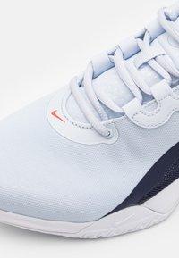 Nike Performance - AIR MAX VOLLEY - Allcourt tennissko - football grey/bright crimson - 5