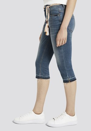 MIT ABRASIONEN - Jeans Shorts - light stone wash denim