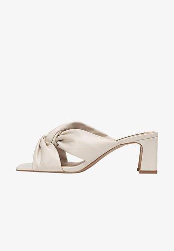Korolliset sandaalit