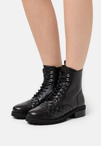 Steven New York - QUVI - Šněrovací kotníkové boty - black - 0