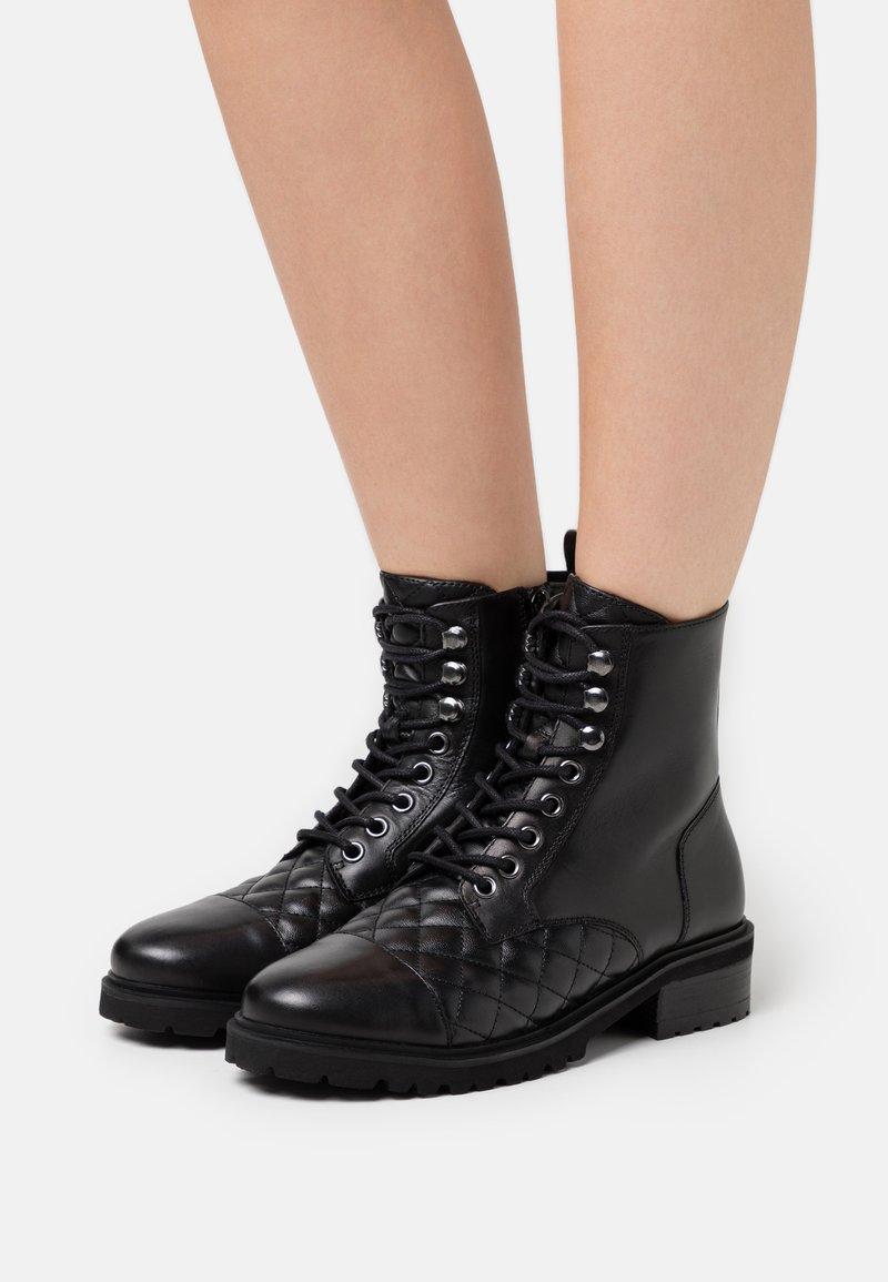 Steven New York - QUVI - Šněrovací kotníkové boty - black