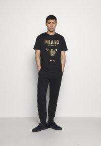 Emporio Armani - T-shirt con stampa - nero - 1