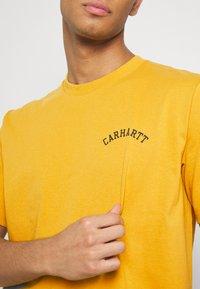Carhartt WIP - UNIVERSITY SCRIPT  - Basic T-shirt - colza/black - 5