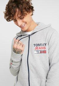 Tommy Jeans - ESSENTIAL GRAPHIC ZIP TROUGH - Hoodie met rits - light grey heather - 3