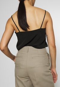 Filippa K - KARLIE TROUSER - Spodnie materiałowe - khaki - 4