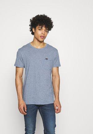 ULTIMATE POCKET TEE - T-shirt med print - piscine
