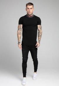 SIKSILK - BOUND LOGO GYM TEE - T-shirt con stampa - black/white - 1