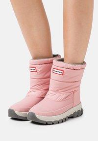 Hunter ORIGINAL - WOMENS ORIGINAL INSULATED SHORT - Vinterstøvler - quartz pink - 0