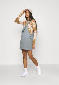 Kickers Classics - PINAFORE DRESS - Robe en jean - blue - 1