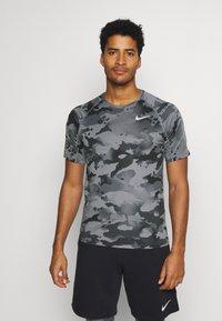 Nike Performance - SLIM CAMO - Triko spotiskem - smoke grey/grey fog - 0