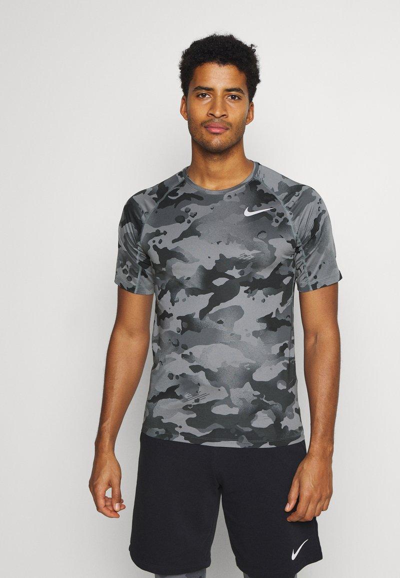 Nike Performance - SLIM CAMO - Triko spotiskem - smoke grey/grey fog