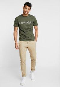 Calvin Klein - FRONT LOGO - T-shirt med print - green - 1
