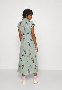 Vero Moda - VMFALLIE LONG TIE DRESS - Skjortekjole - green milieu - 2