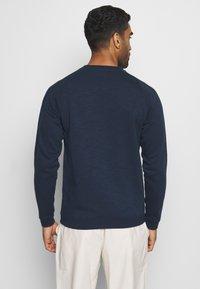 Jack & Jones - JCOTRAIN CREW NECK - Sudadera - navy blazer/melange - 2