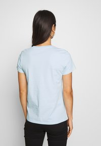 Levi's® - THE PERFECT TEE - T-shirts med print - box tab baby blue - 2