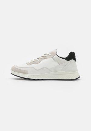 ST.1 - Zapatillas - shadow white/black
