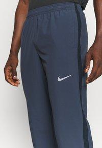 Nike Performance - RUN STRIPE PANT - Trainingsbroek - thunder blue/dark obsidian/silver - 5
