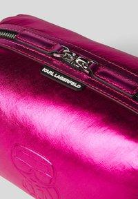 KARL LAGERFELD - WASHB METALLIC - Kosmetická taška - a573 metallic f - 2