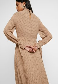 IVY & OAK - PLEATED DRESS - Kjole - brown - 6