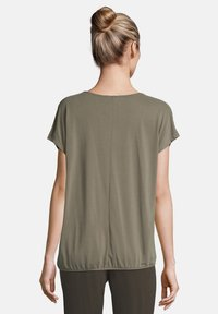 Betty & Co - MIT GUMMIZUG - Blouse - olive - 2