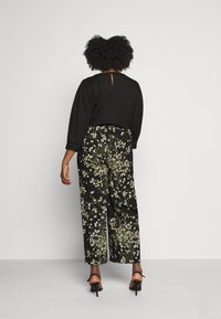 CAPSULE by Simply Be - WIDE LEG TROUSERS PRINTED - Trousers - black/green - 2