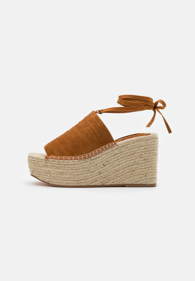 WEEKEND WEDGE - Sandalias de tacón - tan