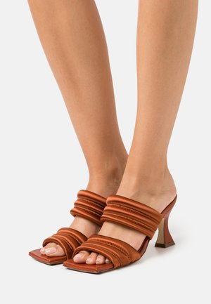FROSTINE - Pantofle na podpatku - brick