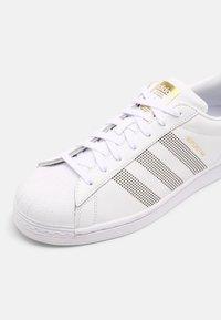 adidas Originals - SUPERSTAR UNISEX - Sneakersy niskie - white/gold - 4
