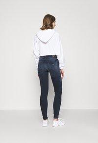 Tommy Jeans - NORA SKNY JDBST - Jeans Skinny Fit - jade dark blue - 2