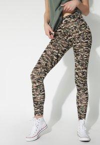 Tezenis - BEDRUCKTE  MIT HOHEM BUND - Leggings - Trousers - st.small camo - 0