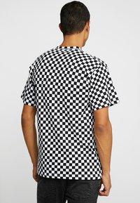 Vans - CLASSIC - Print T-shirt - black/white - 2