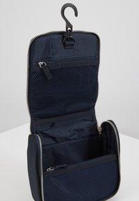 Tommy Hilfiger - ELEVATED HANGING WASHBAG - Weekend bag - blue - 3