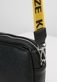 Missguided - CREATIVE MANIFESTO KINGSIZE TAPE BAG  - Axelremsväska - black - 6