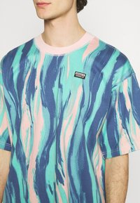 adidas Originals - TEE UNISEX - Print T-shirt - vapour pink/multicolor - 4