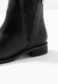 Walnut - KENDALL SCALLOPED BOOT - Kotníkové boty - black - 5
