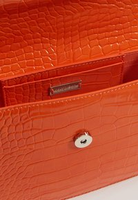 HVISK - CAYMAN SHINY STRAP BAG - Borsa a tracolla - orange - 5