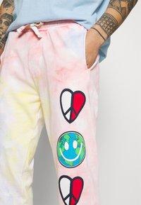 Tommy Jeans - THE WORLD UNISEX - Pantalon de survêtement - tie dye - 3