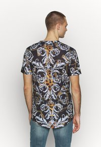 Supply & Demand - JUNGLE IN BAROQUE - T-shirt con stampa - black/gold - 2